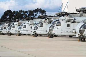 militaire helikopters staan opgesteld
