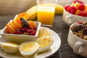 vers fruit en havermout met gezonde toppings als ontbijt