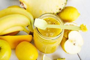 licuado amarillo orgánico fresco con plátano, manzana, mango, piña