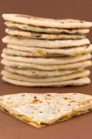 tradicional pan indio delicioso naan, básico y con espinacas foto