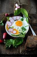 huevos revueltos con espinacas y rábanos foto