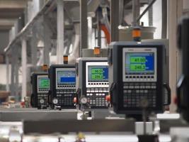 línea de producción de fábrica y pantallas digitales foto