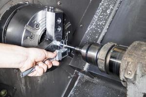 operador midiendo piezas perforadas foto