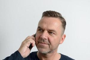 aantrekkelijke middelbare leeftijd man met mobiele telefoon