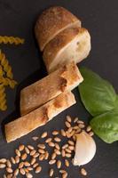 Baguette und Weizen auf Tisch