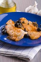 filete de pescado con aceitunas negras y alcaparras. foto