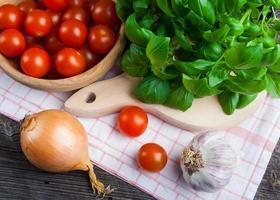 tomates cherry frescos y hojas de albahaca
