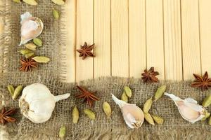 borde de hierbas y especias, sobre fondo de madera foto