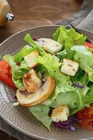krokante salade met champignons en croutons