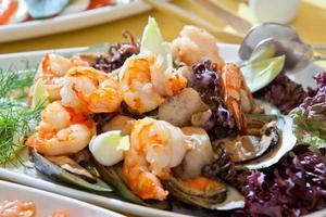 ensalada fresca y saludable con camarones