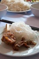 tazón de carne vietnamita con fideos de arroz foto
