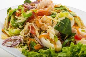 salada asiática de frutos do mar