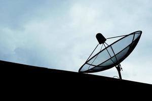 antena parabólica en zona rural foto
