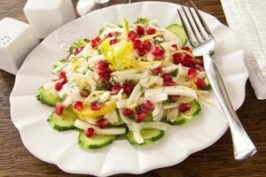 Ensalada de hinojo con pepinos, manzanas y granada.