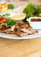 parrilla de carne de cerdo y ensalada, enfoque suave foto