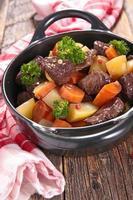estofado de ternera con salsa de vino y verduras