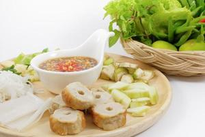 Vietnamese gehaktbalwraps met groenten (nam-neaung)
