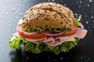 Schinkensandwich mit braunem Brötchen
