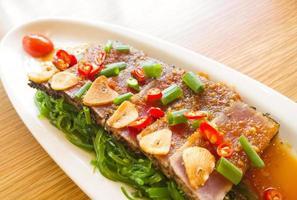 rook tonijn pittig met salade fries op houten tafel