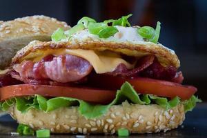 sanduíche de bacon e ovo