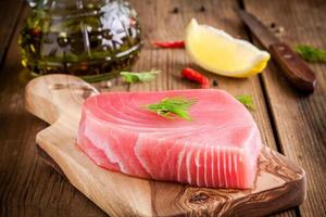 Raw tuna fillet with dill, lemon and olive oil