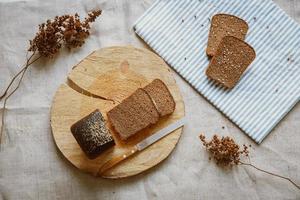pan negro sobre la mesa foto