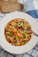 sopa italiana de minestrone de verduras en un tazón