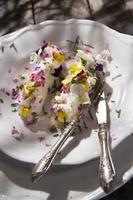 queijo de cabra com flores comestíveis
