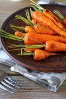 zanahorias tiernas al horno con colas foto