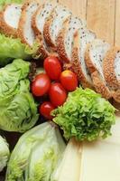 brood bestrooid met sesam - plantaardige groene salade
