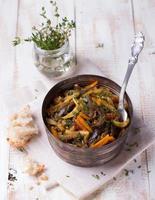 ragú vegetal de berenjenas, calabacines y zanahorias foto