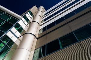 Arquitectura moderna en el puerto interior de Baltimore, Maryland. foto