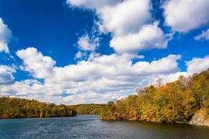 principios de otoño de color en el embalse de prettyboy, en el condado de baltimore, ma