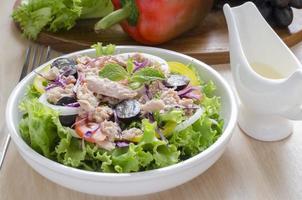 ensalada de atún y vegetales foto