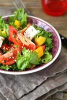 Ensalada fresca con verduras y queso feta foto