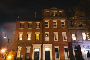 Viejos edificios en la noche en Mount Vernon, Baltimore, Maryland. foto