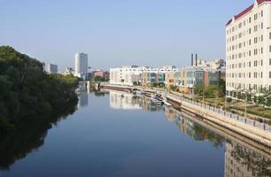Río Milwaukee en un día tranquilo. foto