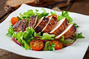 ensalada de vegetales frescos con pechuga de pollo a la parrilla