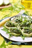 gebakken groenten merg met saus pesto.