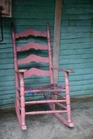 oud roze schommelstoel