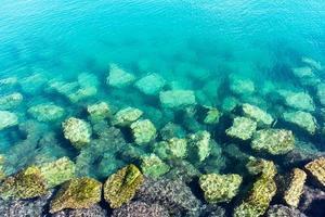 rocas en la orilla foto