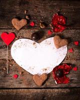 papel en forma de corazón en blanco foto