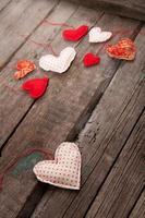 muitos corações em fundo de madeira