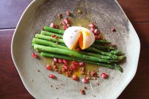 espárragos con huevo escalfado