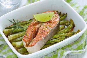salmón rojo al horno con espárragos
