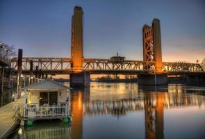 ponte da torre à noite