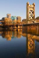 Vista de Sacramento al atardecer visto desde el otro lado de las aguas foto