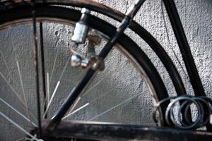 Detalle de pared y bicicleta vintage con cadena y dinamo