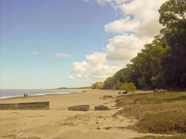 Pareja caminando en una playa solitaria de América del Sur