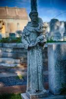 santo en el cementerio